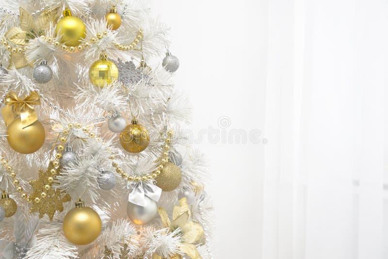 与金装饰的白色圣诞节树在白色背景 库存照片