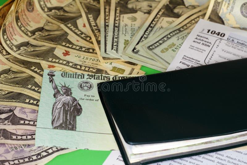 与金钱和支票簿的退还税金检查 图库摄影