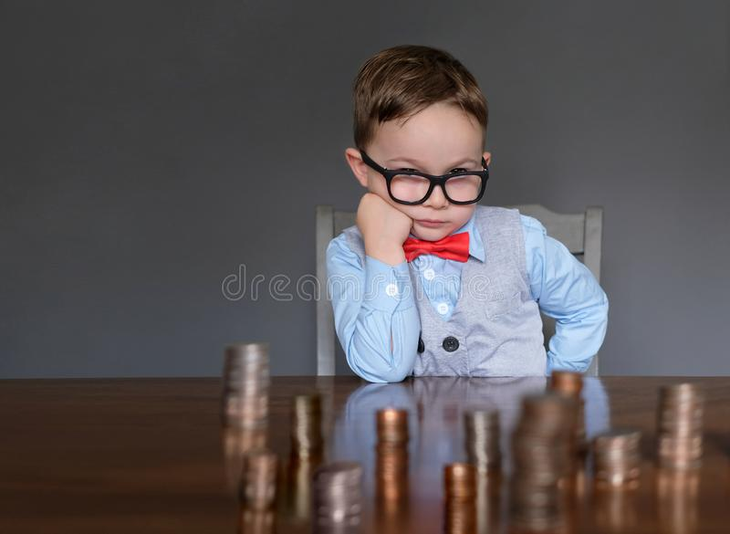 与金钱的年轻商人 免版税库存图片