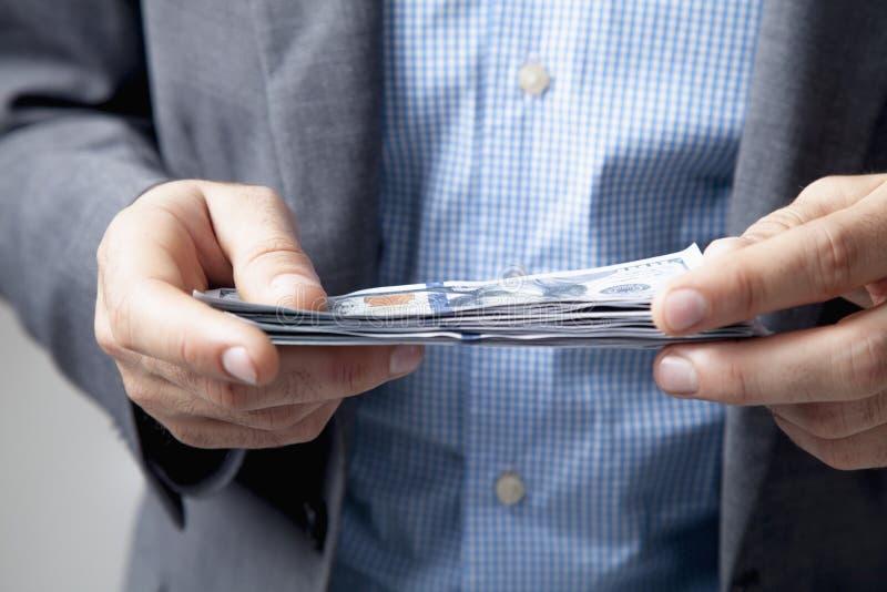 与金钱的愉快的商人在手中 成功,自由,财政远景,事业推进 库存图片