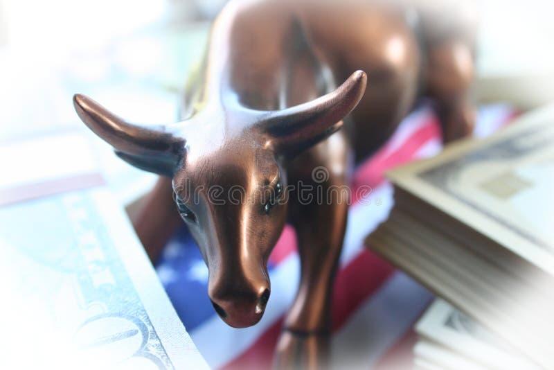 与金钱的股市公牛&与优质白色的框架的美国国旗 库存图片