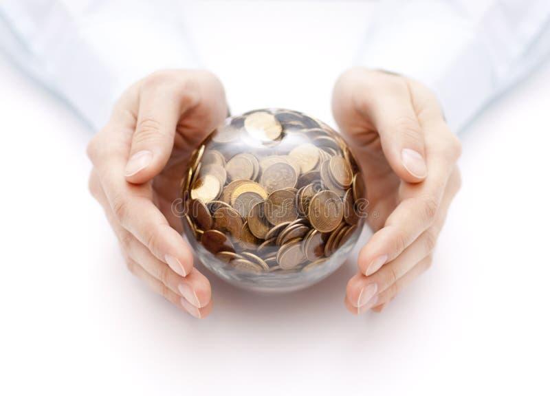 与金钱的水晶球在手上 免版税库存照片