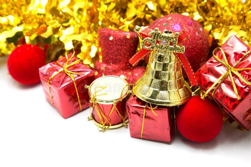 与金铃装饰品和红色礼物盒的圣诞节背景 免版税库存照片