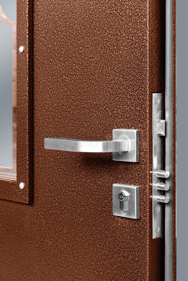 与金锁和把柄的红色木门 免版税库存照片