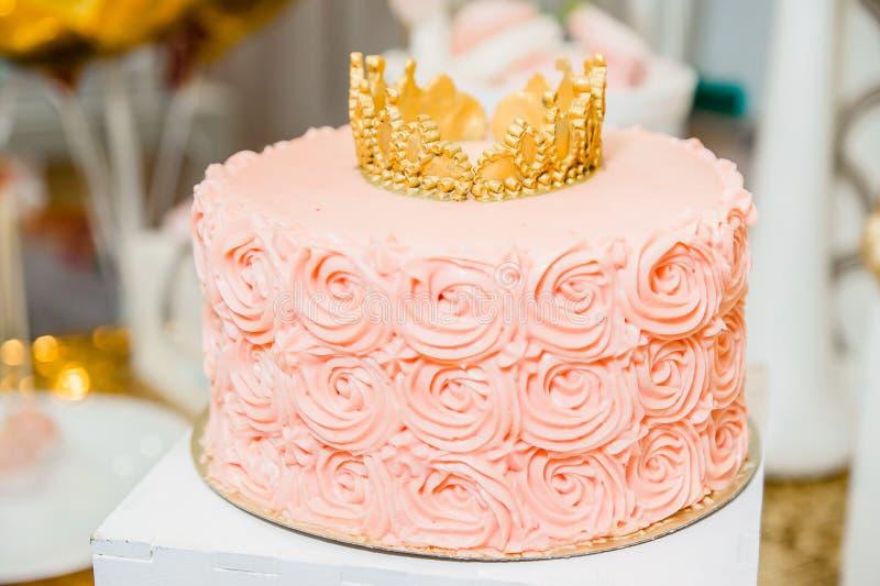 与金黄冠的可口桃红色蛋糕 免版税库存图片