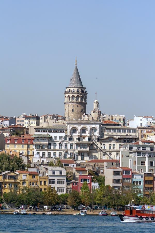 与金黄垫铁的加拉塔石塔和海湾的都市风景在伊斯坦布尔, 库存图片
