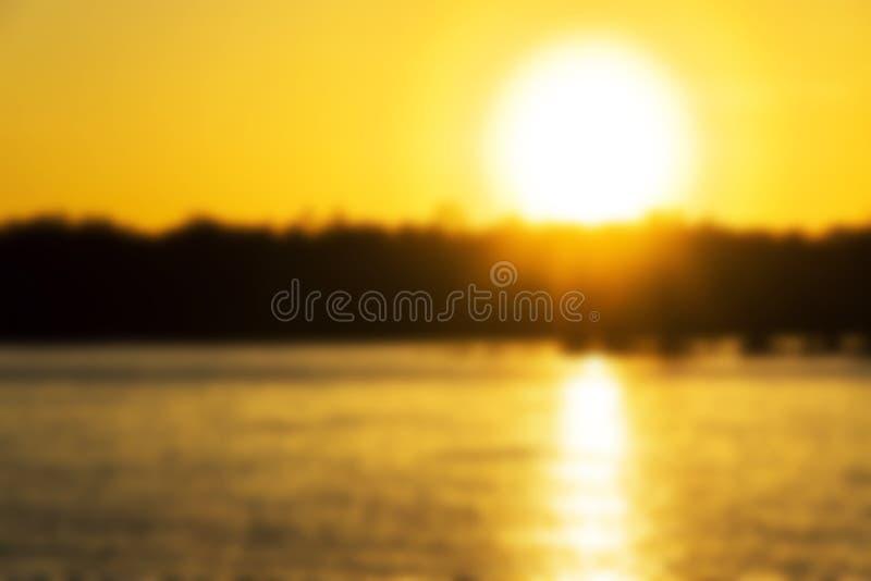 与金黄日出的被弄脏的Summer湖风景 河横向 与金黄日落的美好的迷离风景 库存图片