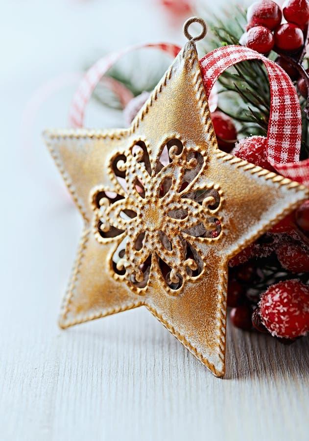 与金黄星形的土气圣诞节装饰 免版税库存照片