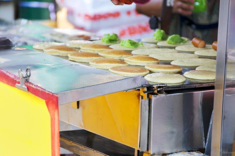与金黄蛋小条的泰国酥脆薄煎饼 免版税库存照片