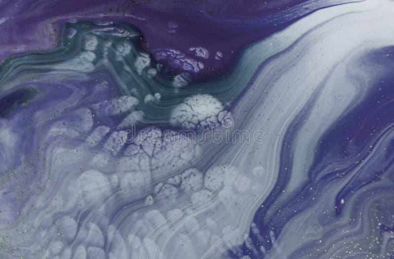 与金黄衣服饰物之小金属片的使有大理石花纹的紫色抽象背景 液体大理石墨水样式 免版税库存图片