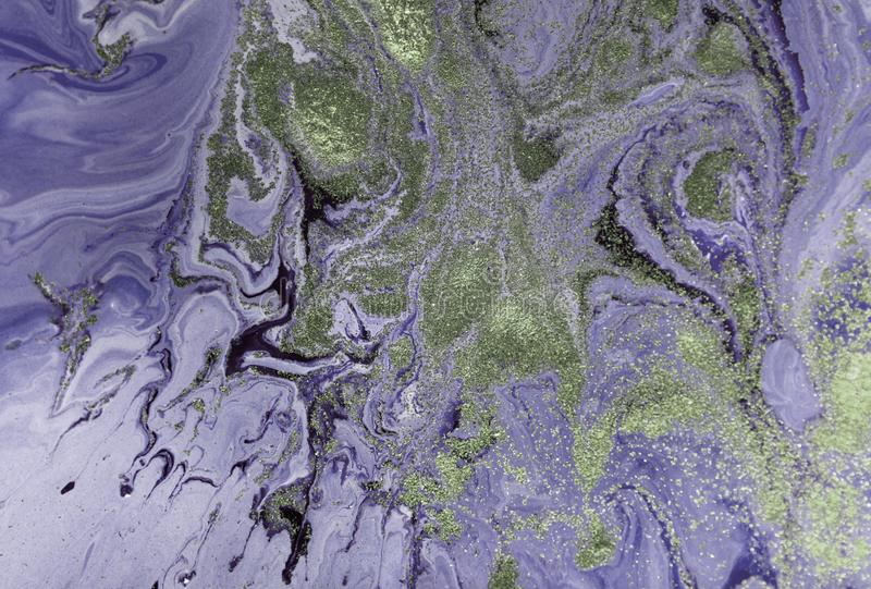 与金黄衣服饰物之小金属片的使有大理石花纹的紫色抽象背景 液体大理石墨水样式 库存图片
