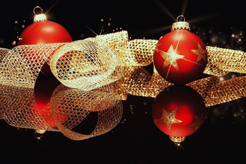 与金黄金属丝带的红色圣诞节球 免版税库存照片