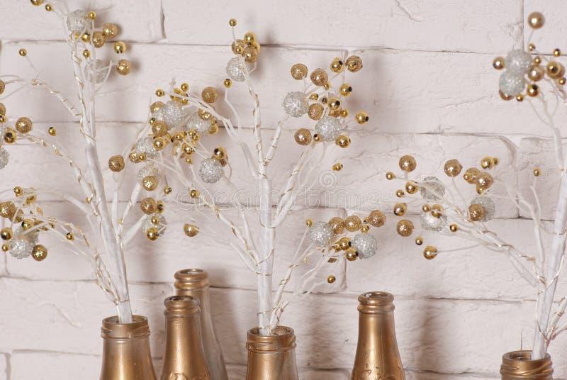 与金黄泡影和瓶的圣诞节装饰 免版税库存照片
