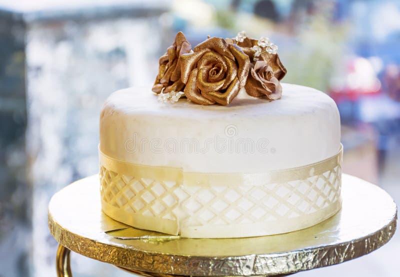 与金黄玫瑰的婚宴喜饼 库存照片