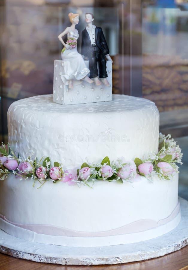 与金黄玫瑰的婚宴喜饼 免版税库存照片