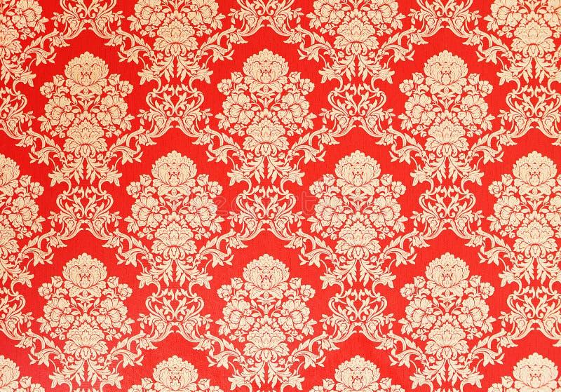 与金黄花卉纹理,维多利亚女王时代的设计的红色减速火箭的墙纸 图库摄影