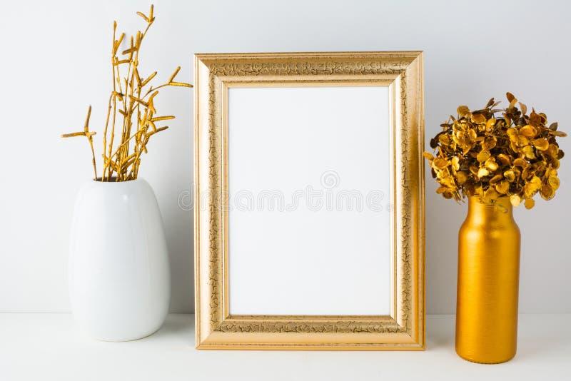 与金黄装饰的框架大模型 图库摄影