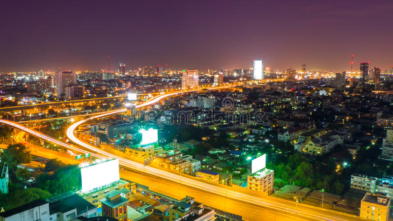 与金黄高速公路的夜都市风景 免版税库存照片