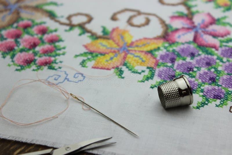 与针和剪刀的手刺绣 库存照片