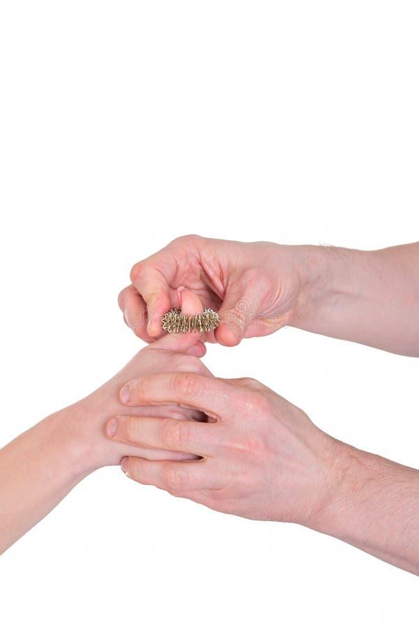 与针灸针压法圆环的手指按摩 库存图片