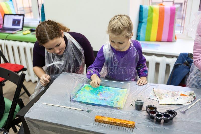 与针的儿童图画在水 Ebru艺术是含水表面设计方法  免版税图库摄影