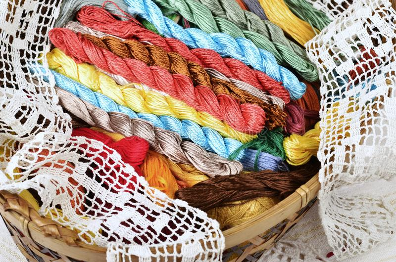 与针线包,多彩多姿的螺纹的葡萄酒篮子 免版税库存照片