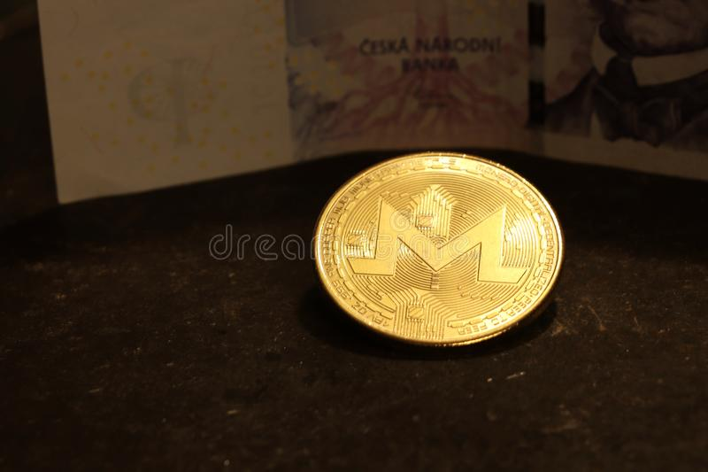 与钞票的一枚金币在背景中 免版税图库摄影