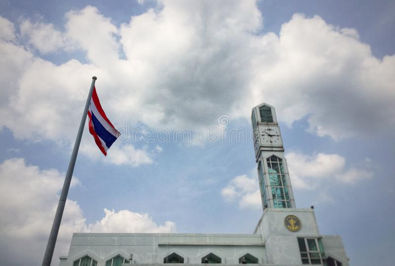 与钟楼的泰国旗子 库存图片