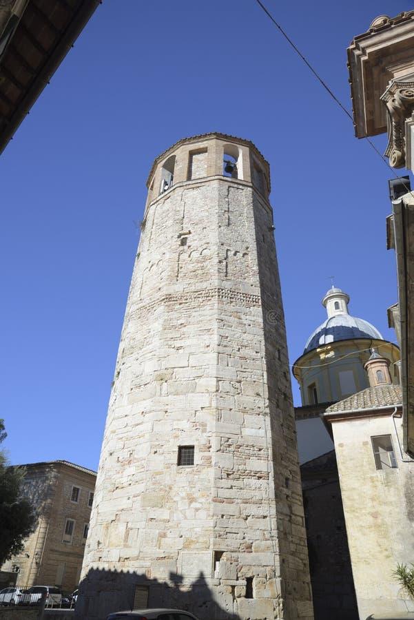与钟楼的著名十二边形的塔在阿米莉雅,意大利 库存照片