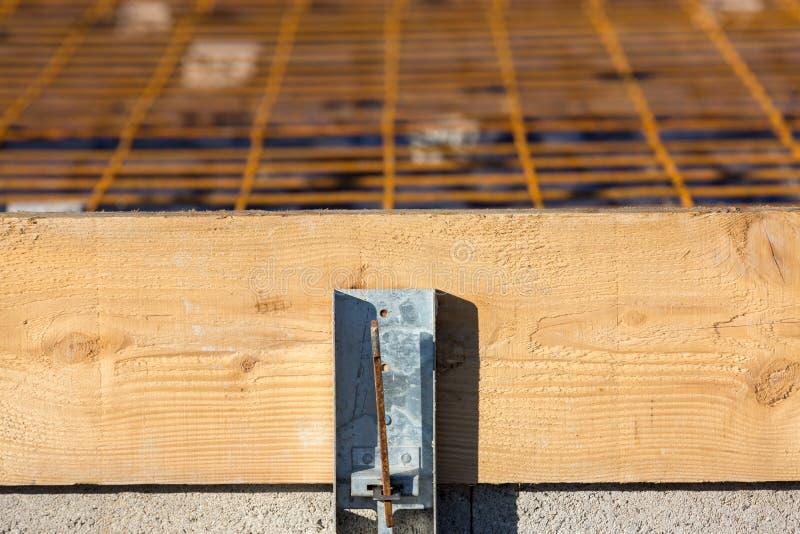 与钢增强的木模板平板的准备的 免版税库存照片