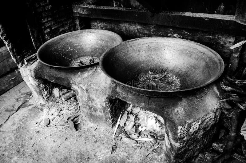 与钢平底锅的古色古香的黏土火炉在农村厨房里 库存图片