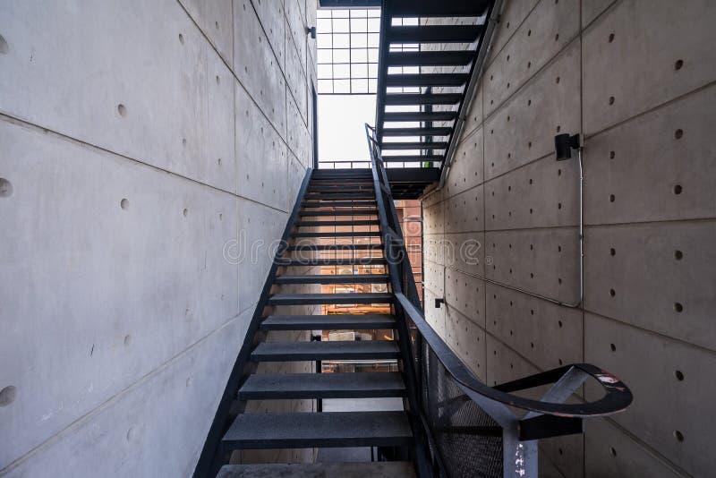 与钢扶手栏杆的楼梯在一个现代大厦 免版税库存照片