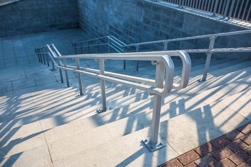 与钢栏杆的现代都市石楼梯 免版税库存照片