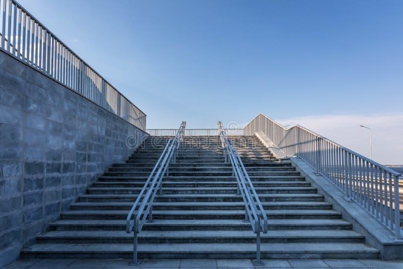与钢栏杆的现代都市石楼梯 库存照片