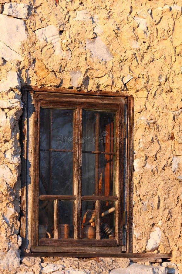 与钢棍的老木窗口 免版税库存照片