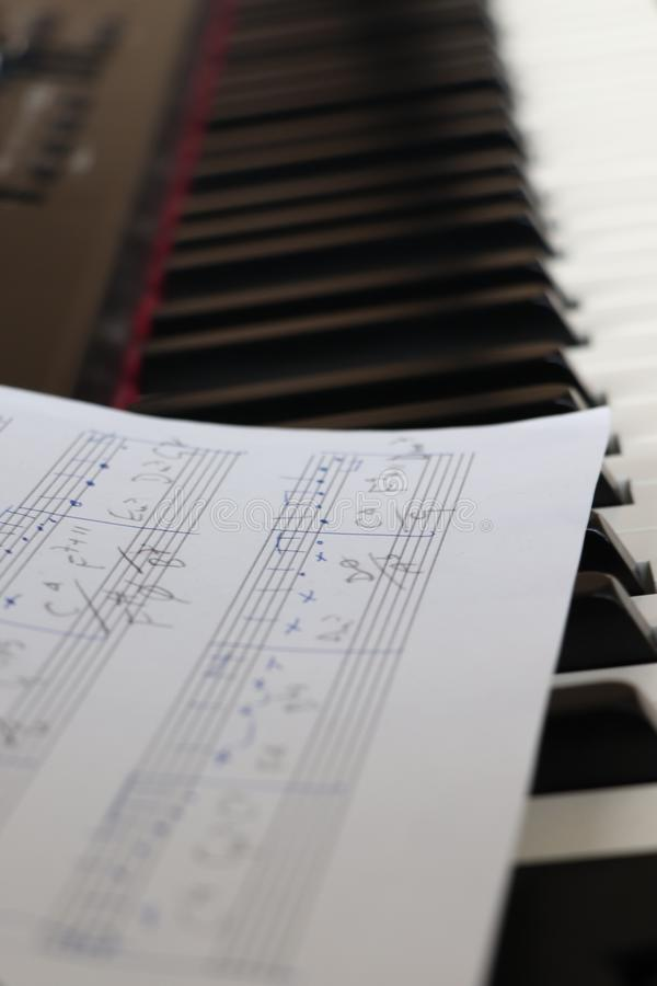 与钢琴的活页乐谱 库存图片