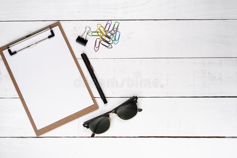 与钢笔、混杂纸夹和d的空白的笔记薄 库存照片