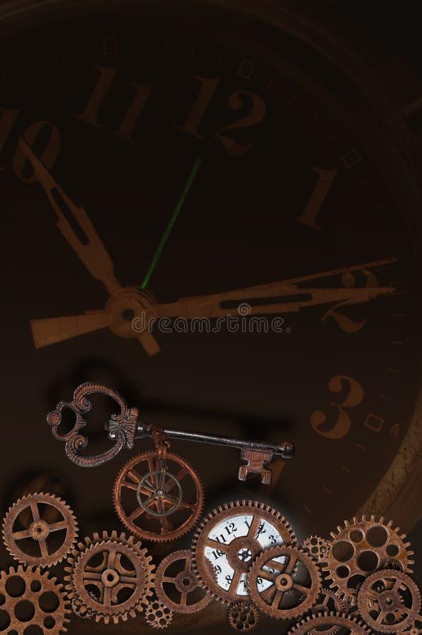 与钥匙和齿轮的时钟表盘 库存照片