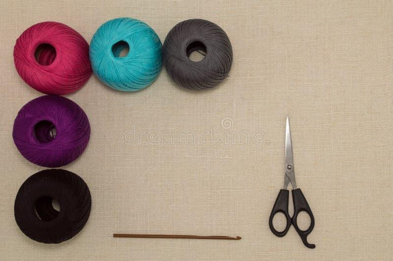 与钩针和剪刀的色的棉纱品 图库摄影