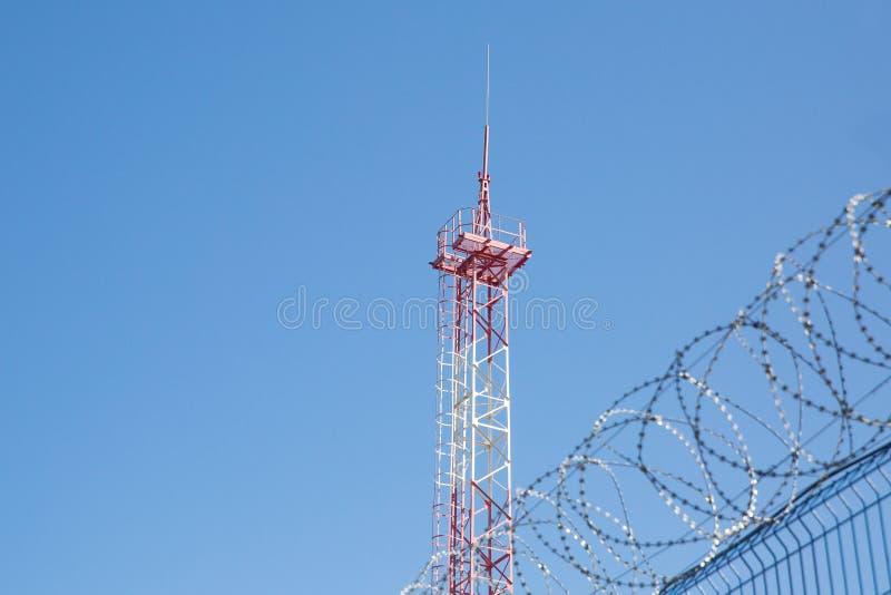 与铁丝网的区域 危险的区 私有疆土 能量塔 免版税库存图片