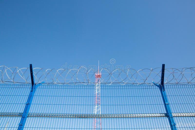 与铁丝网的区域 危险的区 私有疆土 能量塔 免版税库存照片