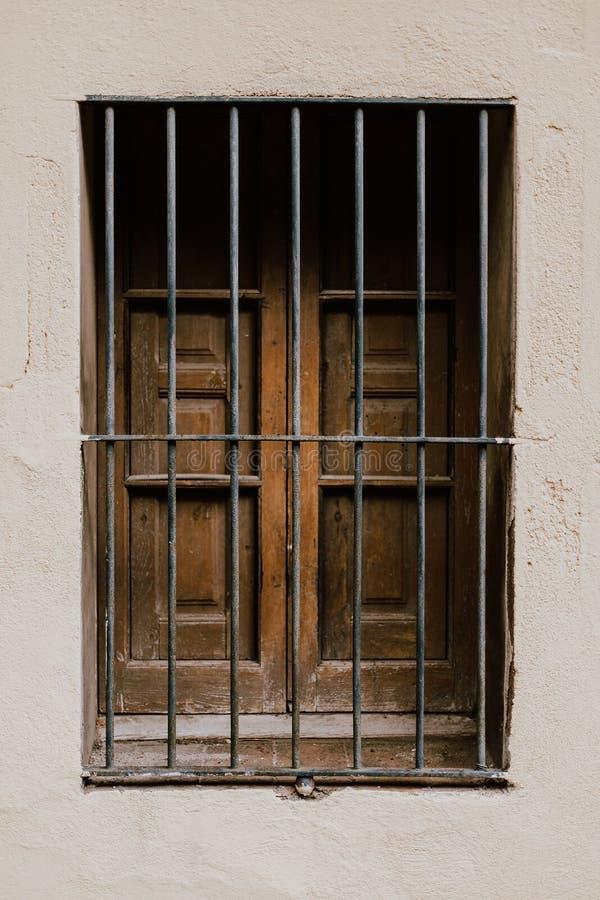 与铁匠锻件的窗口在巴塞罗那 图库摄影