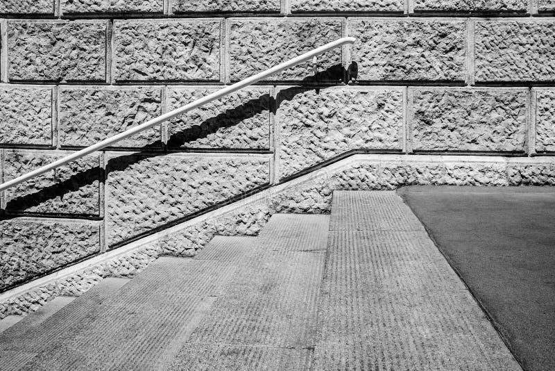 与铁栏杆的具体楼梯边 免版税图库摄影