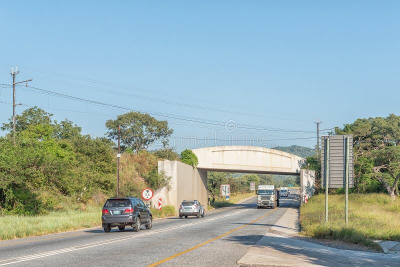 与铁路桥梁的风景在内尔斯普雷特和Malalane之间的N4 图库摄影