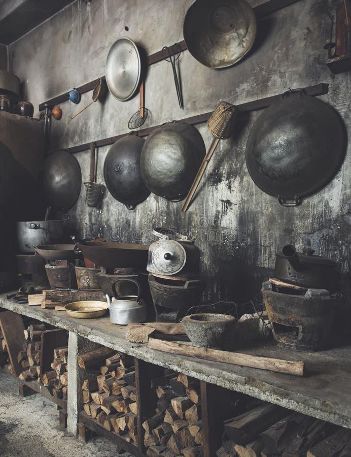 与铁锅火炉火木头的传统亚洲样式厨房内部 免版税图库摄影