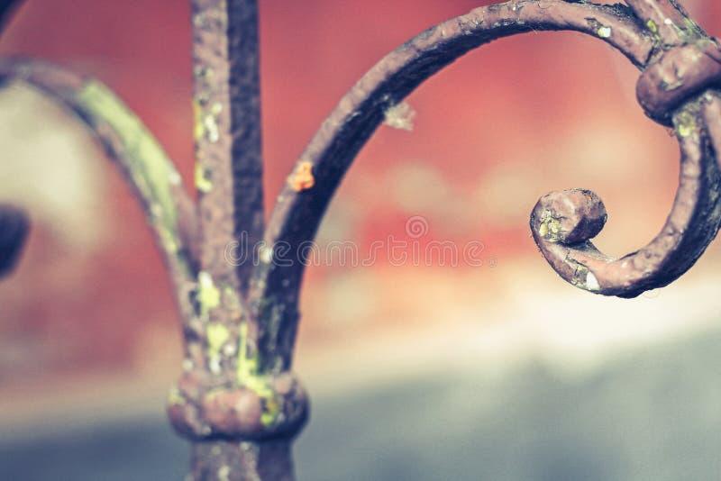 与铁锈的老葡萄酒栏杆在台阶在房子里 伪造用栏杆围步在房子里 库存照片