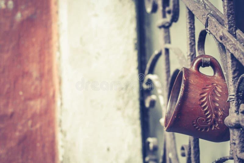 与铁锈的老葡萄酒栏杆在台阶在房子里 伪造用栏杆围步在杯子垂悬的房子里 免版税库存照片