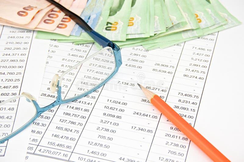 与铅笔和眼镜的堆票据 免版税库存照片