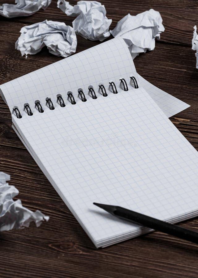 与铅笔和被弄皱的纸的笔记薄 免版税库存照片