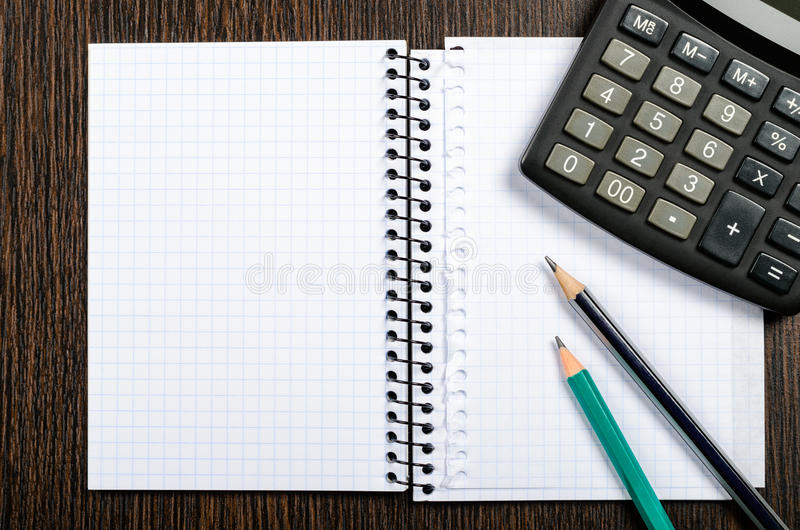 与铅笔和计算器的笔记薄 库存照片